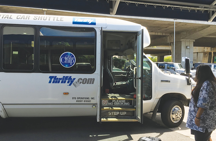 空港のレンタカー利用者の為のシャトルバス。利用するレンタカー会社によって車が違うので注意