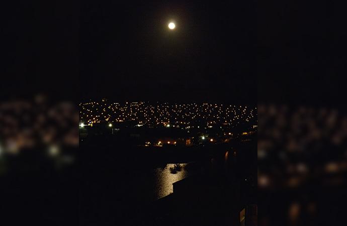 こんなきれいな月夜でも苦しんでいる人がいるということです・・・。