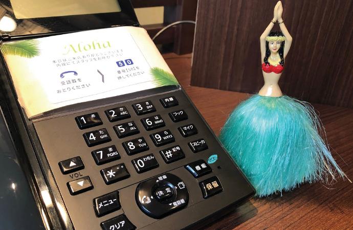 あるときは受付の電話をお掃除。これ以上「ハワイ留学オフィス」らしい受付風景があるでしょうか!?。