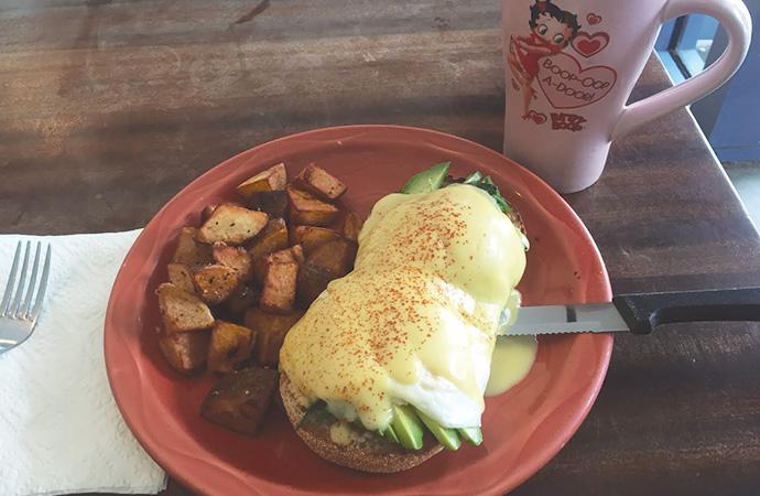 こちらはモンサラット通りの人気店、ボガーツ・カフェのエッグベネディクト。
