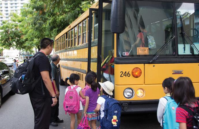 一番人気、アメリカのスクールバスに乗って行きます